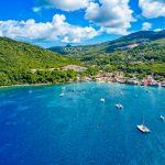 Vue sur la baie du village de Deshaies (Guadeloupe)
