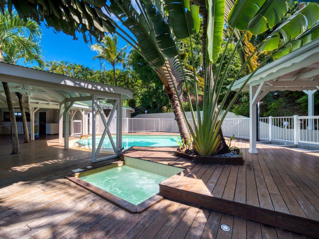 La piscine et le jacuzzi de l'appartement Lodge Coco - résidence O Coeur de Deshaies Guadeloupe