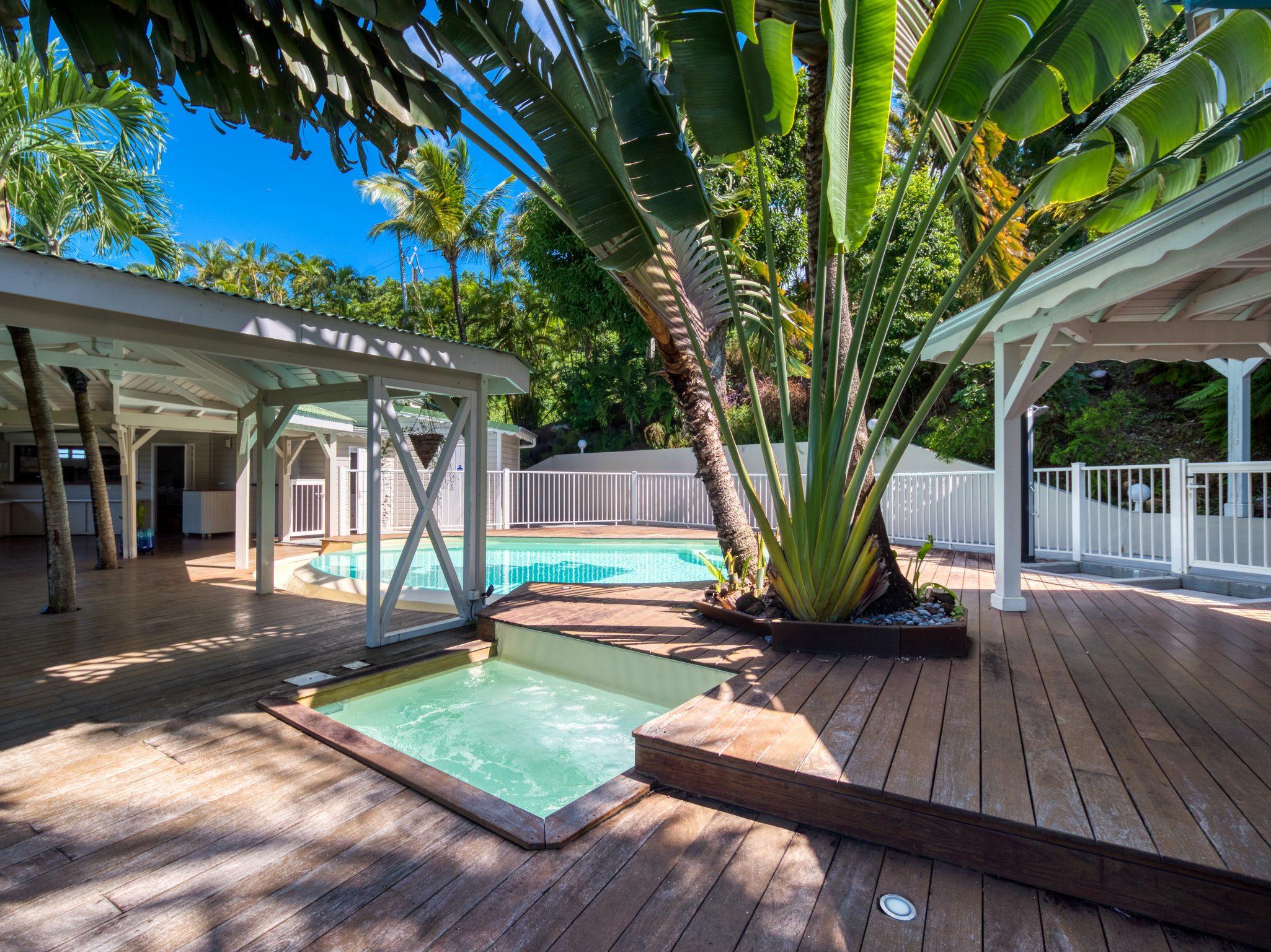 La piscine et le jacuzzi du Lodge Cococ Deshaies Guadeloupe